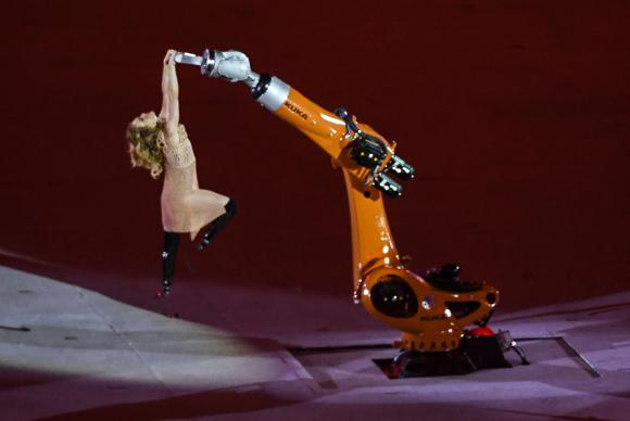 2016_summer_paralympics_opening_ceremony_amy_purdy_with_robot